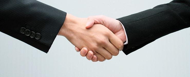 買取業者と握手する利用者のイメージ